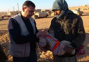 A UNICEF health facilitator administers polio vaccine to young boy in Deir ez-Zor.